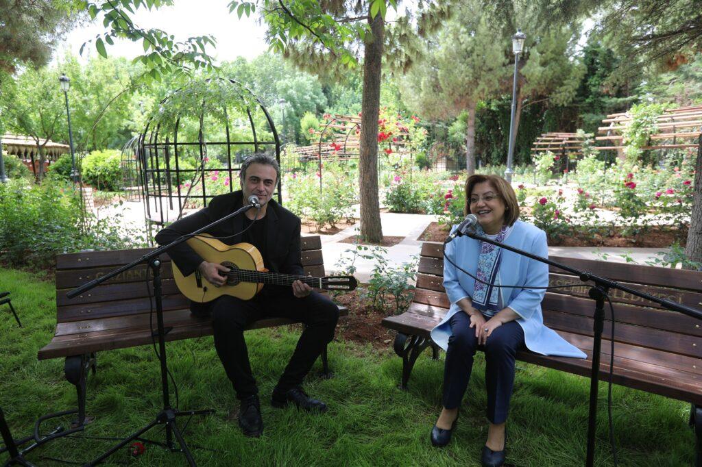 Gaziantep Büyükşehir Başkanı Şahin, Anneler Günü münasebetiyle sanatçı Kutsi'yle birlikte mini konser verdi. Şahin-Kutsi düeti duygulandırdı.
