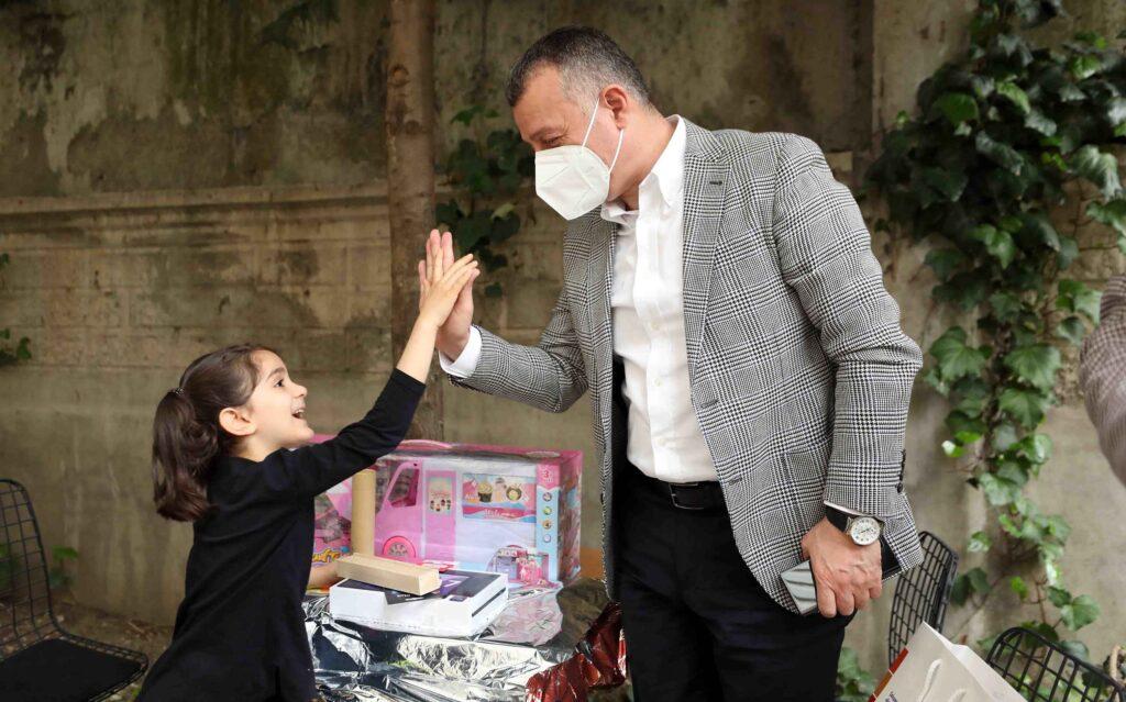 """Ziyarette Hiranur'un çizdiği resmi çok beğenen Kocaeli Büyükşehir Başkanı Büyükakın, """"İşte bu mutluluğun resmidir"""" dedi."""