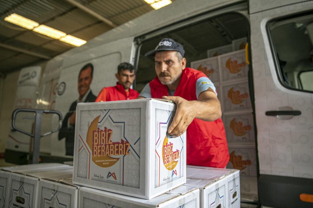 Mersin Büyükşehir Belediyesi, meyve ve sebze üretiminin önemli bir parçası olan mevsimlik tarım işçilerine destek vermeye devam ediyor.