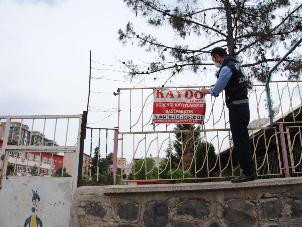 Şanlıurfa Büyükşehir Belediyesi Zabıta Ekipleri, Ramazan Bayramı öncesinde ana arterler üzerinde yönetmeliğe aykırı olarak asılan çevre ve görüntü kirliliğine yol açan reklam panoları, afiş ve totemleri kaldırdı.