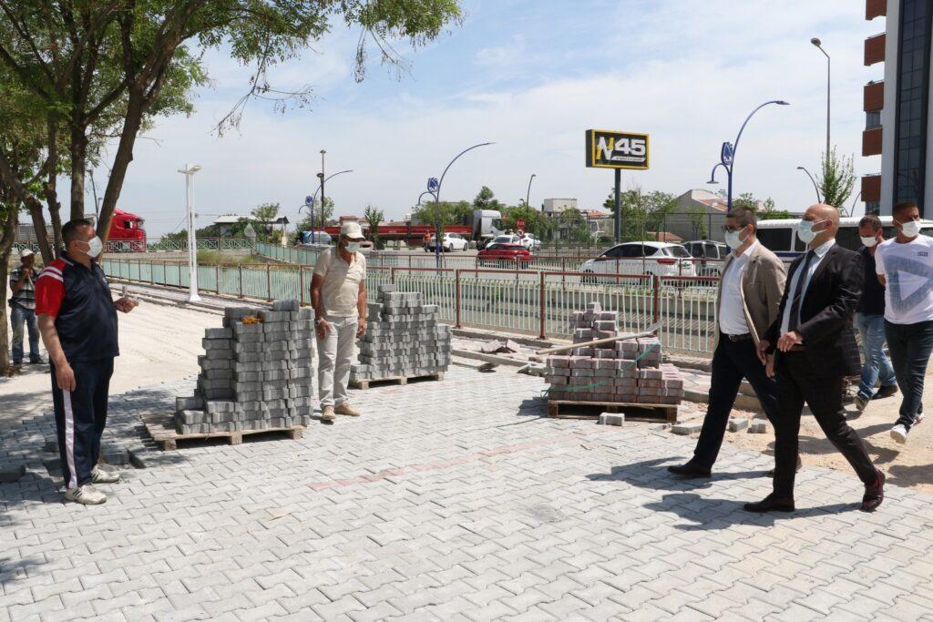 Manisa Büyükşehir Belediyesi Genel Sekreter Yardımcısı Ali Öztozlu, Büyükşehir Belediyesi'nin Cumhuriyet Mahallesi'nde yaptığı çalışmaları yerinde inceleyerek, bilgi aldı.