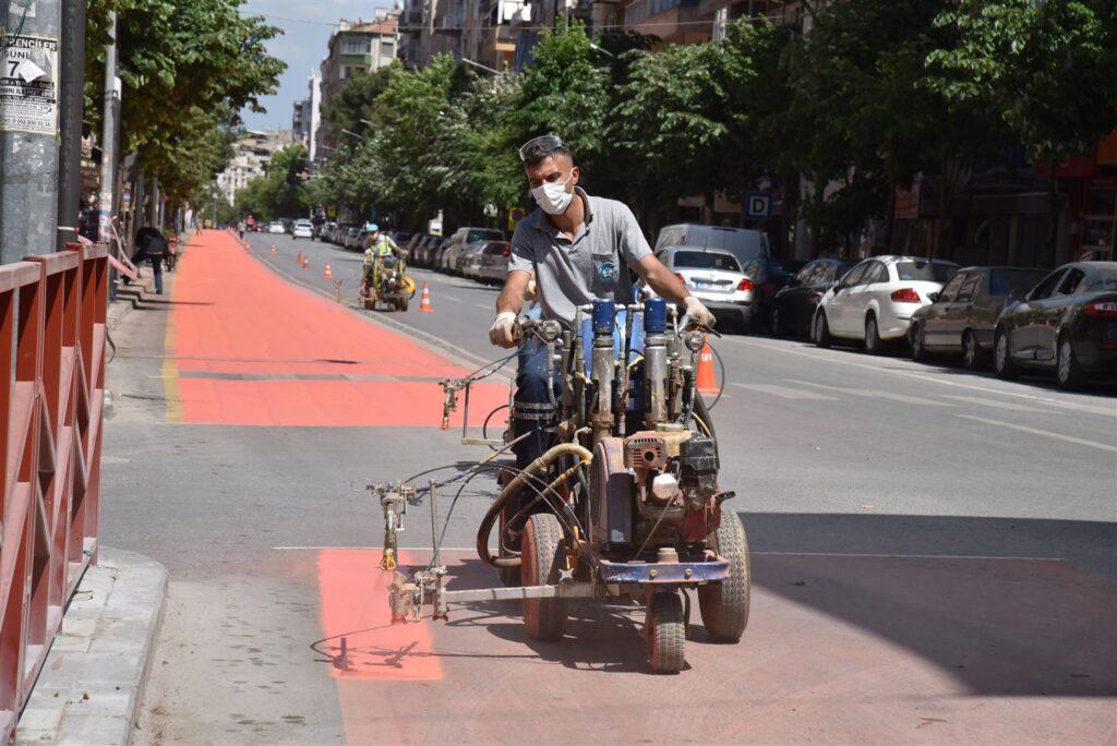 Manisa Büyükşehir Belediyesi, tam kapanma döneminde; toplu taşıma araçlarının kullandığı tercihli otobüs yollarını boyayıp, yeniliyor.