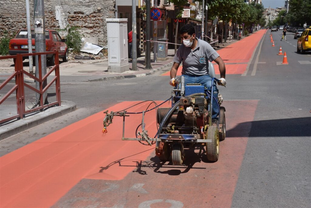 Büyükşehir Belediyesi, tam kapanma döneminde; toplu taşıma araçlarının kullandığı tercihli otobüs yollarını boyayıp, yeniliyor.