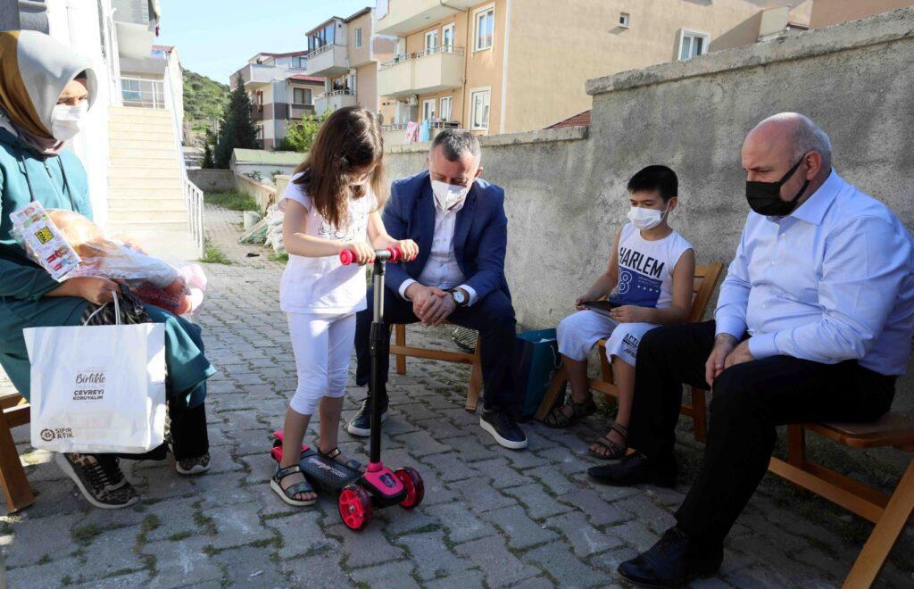 Marmara Belediyeler Birliği ve Kocaeli Büyükşehir Belediye Başkanı Doç. Dr. Tahir Büyükakın, Çayırova, Darıca ve Gebze'de minik yüreklerin yüzlerini güldürdü.
