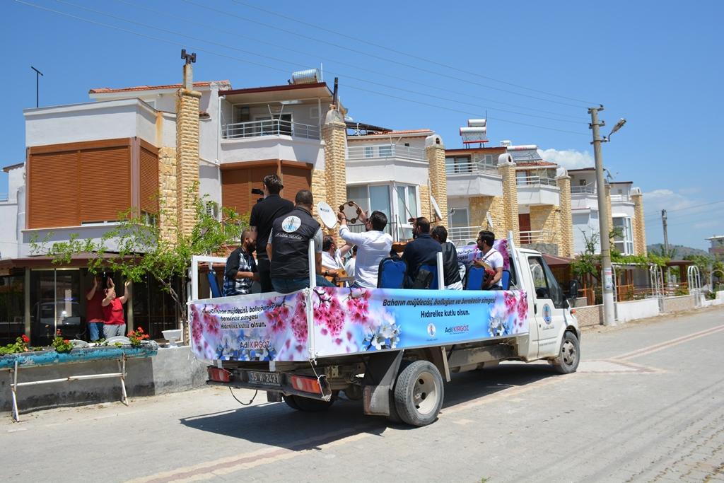 Salgın sürecinde meslek gruplarına yönelik desteklerini sürdüren Dikili Belediyesi, Hıdırellez gününde de müzisyenlere destek verdi.