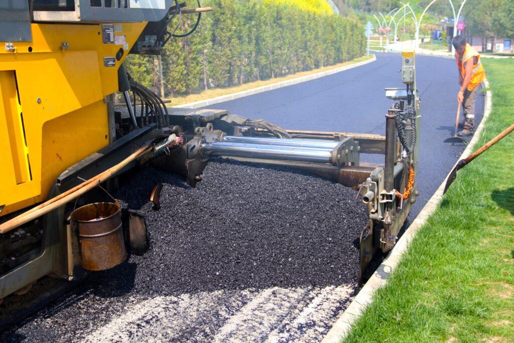 Kocaeli Büyükşehir Belediyesi, Gebze bölgesindeki çalışmalarını sürdürüyor. Darıca Sahil Parkı'nın iç yolları ile otoparkın son katına asfalt seriliyor.