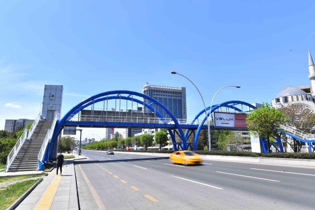 Ankara Büyükşehir Belediyesi, Başkent'te yıpranan yaya üst geçitlerine estetik görünüm kazandırmak için onarım ve boyama çalışması başlattı.