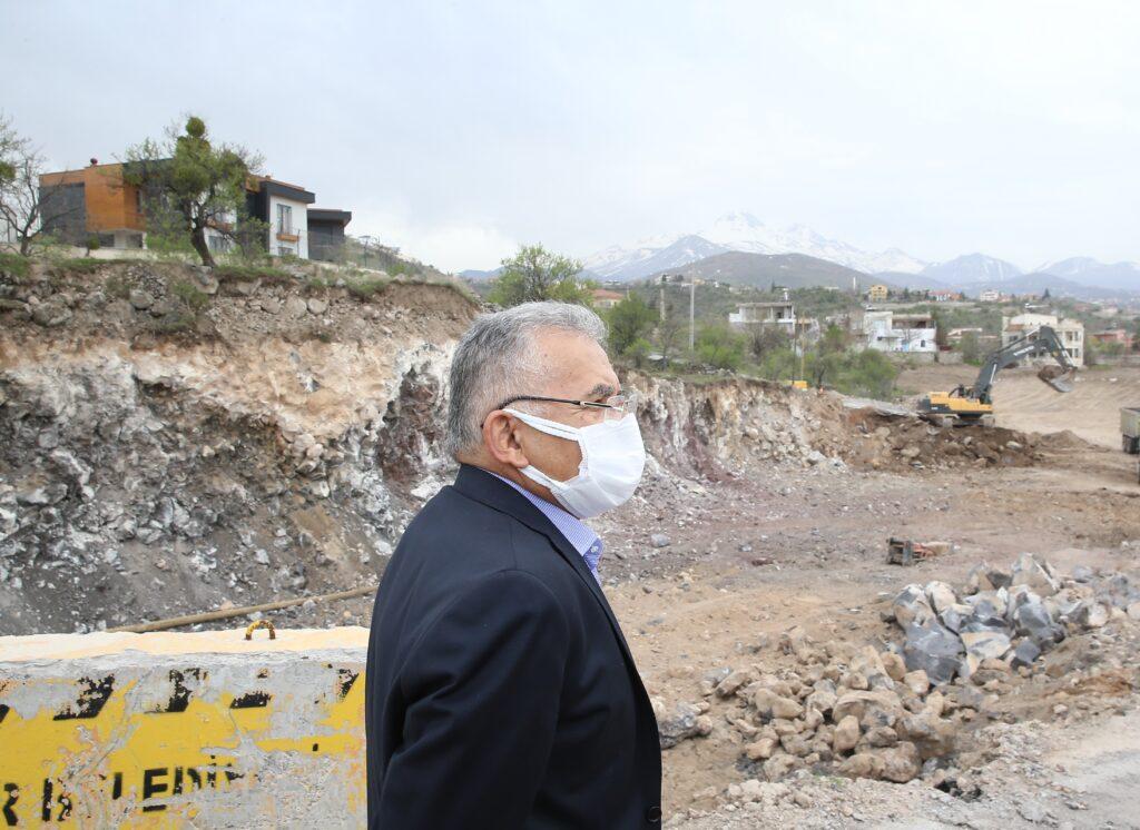 Kayseri Büyükşehir Başkanı Büyükkılıç, yolun tamamlanmasıyla şehir trafiğini rahatlatıcı önemli bir arter kazandırılacağını söyledi.