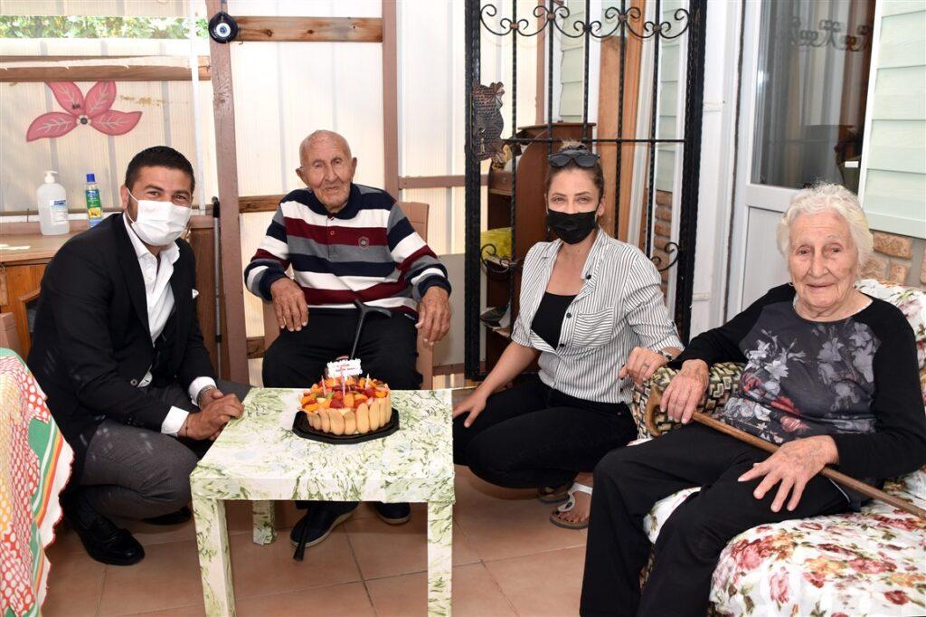 Foça Belediye Başkanı Fatih Gürbüz, 14 Mayıs Cuma günü 100 Yaşına giren Hüseyin İyigün'ü ziyaret edip, yeni yaşını ve bayramını kutladı.