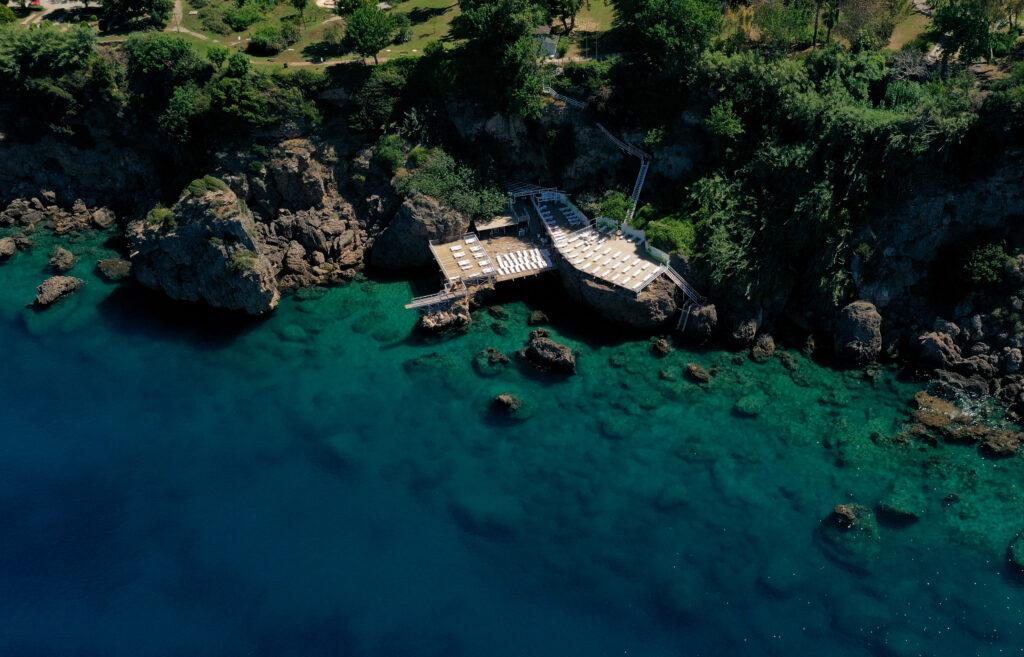 Antalya'da Muratpaşa Belediyesi, falezlerin denizle buluştuğu noktada yer alan mavi bayraklı plajlarında yeni sezon hazırlıkları tamamladı.