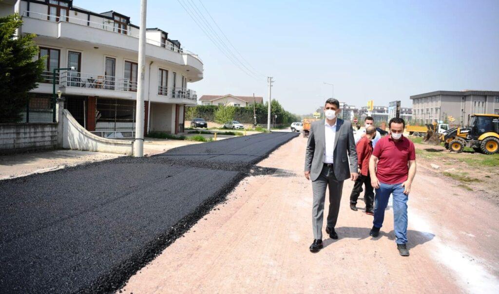 Kocaeli Büyükşehir ve Kartepe Belediyesi ekipleri Dumlupınar Mahallesi'nde asfalt serime devam ediyor. Belediye ekipleri Hekim Sokak'ta asfalt çalışmalarını tamamladı.