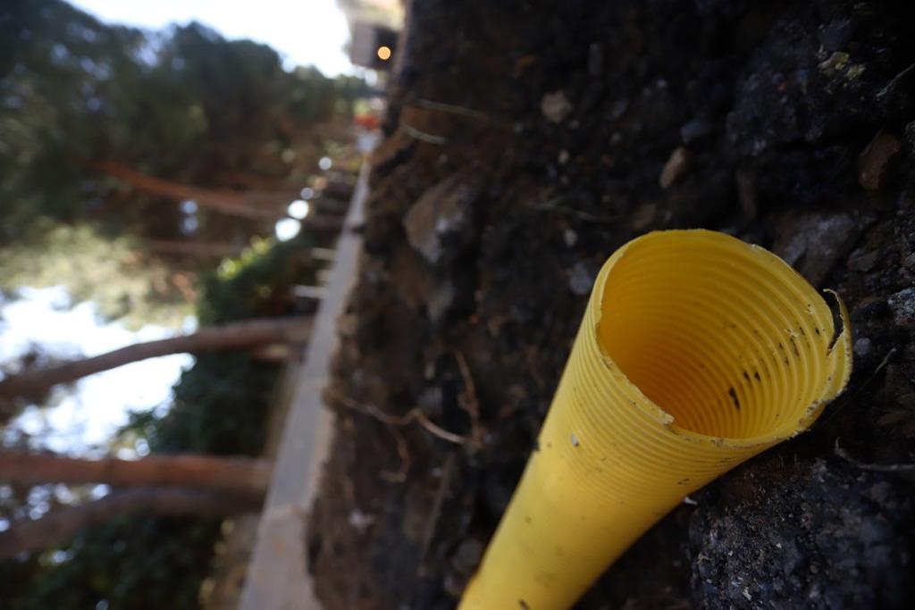 Kartal Belediyesi orman mühendisleri tarafından geliştirilen ve 'Nefes Borusu' ismi verilen projeyle, susuz ve nefessiz kalması sonucu, kökleri genişleyerek yaya ve araç yollarında bozulmalara neden olan yarım asırlık ağaçlara, hem hava hem su veriliyor.