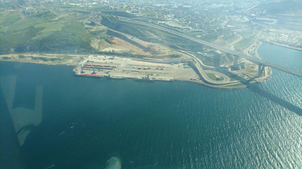 Kocaeli Büyükşehir Belediyesi ekipleri, beyaz ve kahverengi tabaka ile kaplanan İzmit Körfezi'nden 42 günde 110 ton deniz salyası topladı.