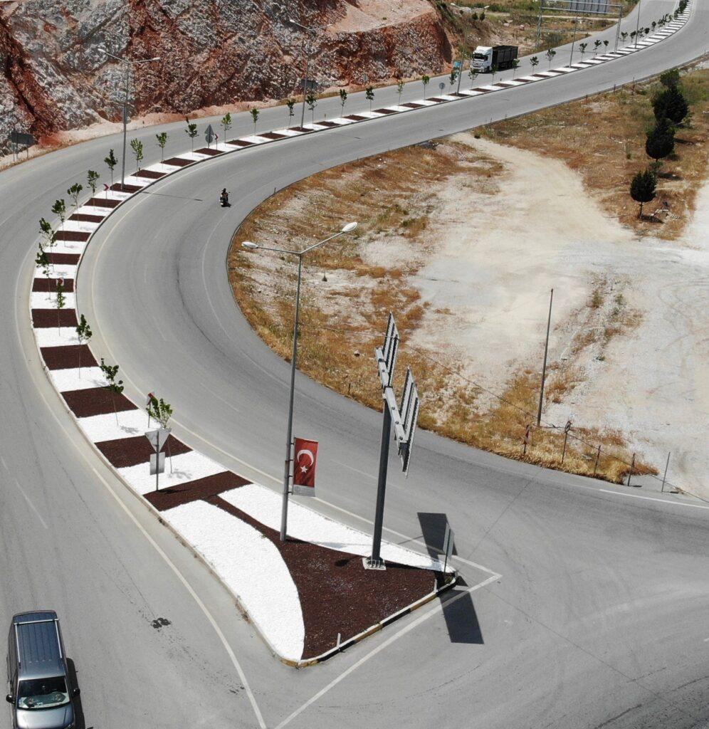Manisa Büyükşehir Belediyesi tarafından Soma ilçesi Maden Şehitleri Caddesi'nde yürütülen peyzaj çalışmaları tamamlandı.