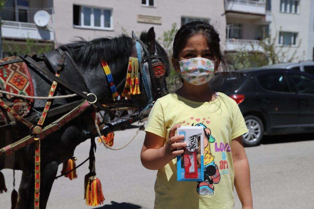 Palandöken Belediyesi'nin içerisinde fındık, fıstık ve şeker bulunan geleneksel arefelik paketleri çocuklara büyük mutluluk yaşattı.