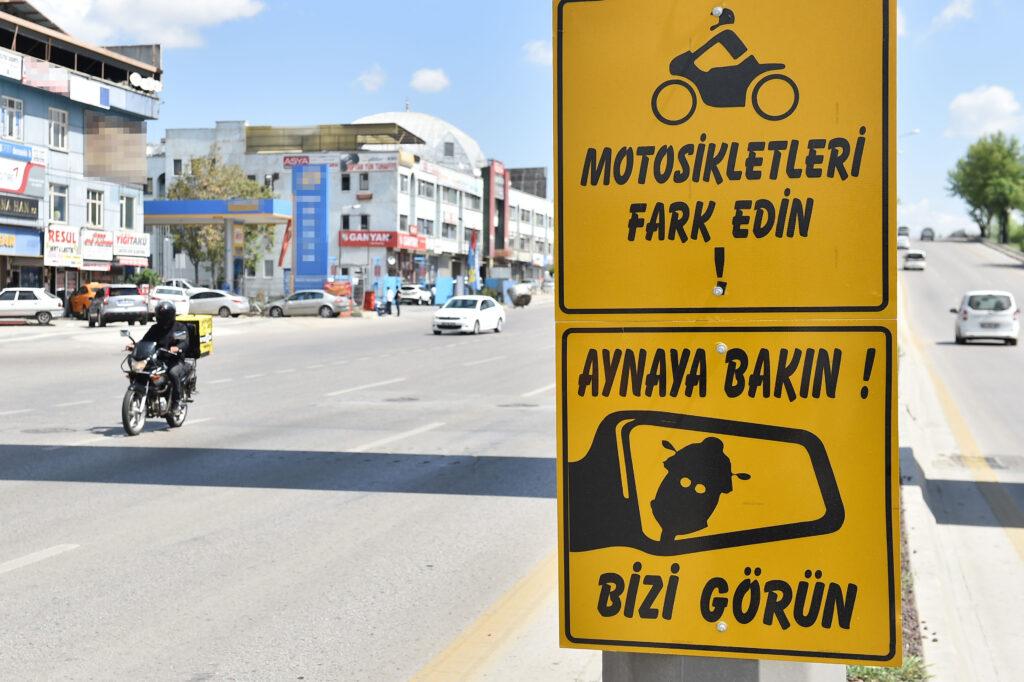 Ankara Büyükşehir, trafikte motosiklet sürücülerine karşı farkındalık yaratmak ve kazaları önlemek amacıyla uyarı levhaları yerleştirmeye başladı.