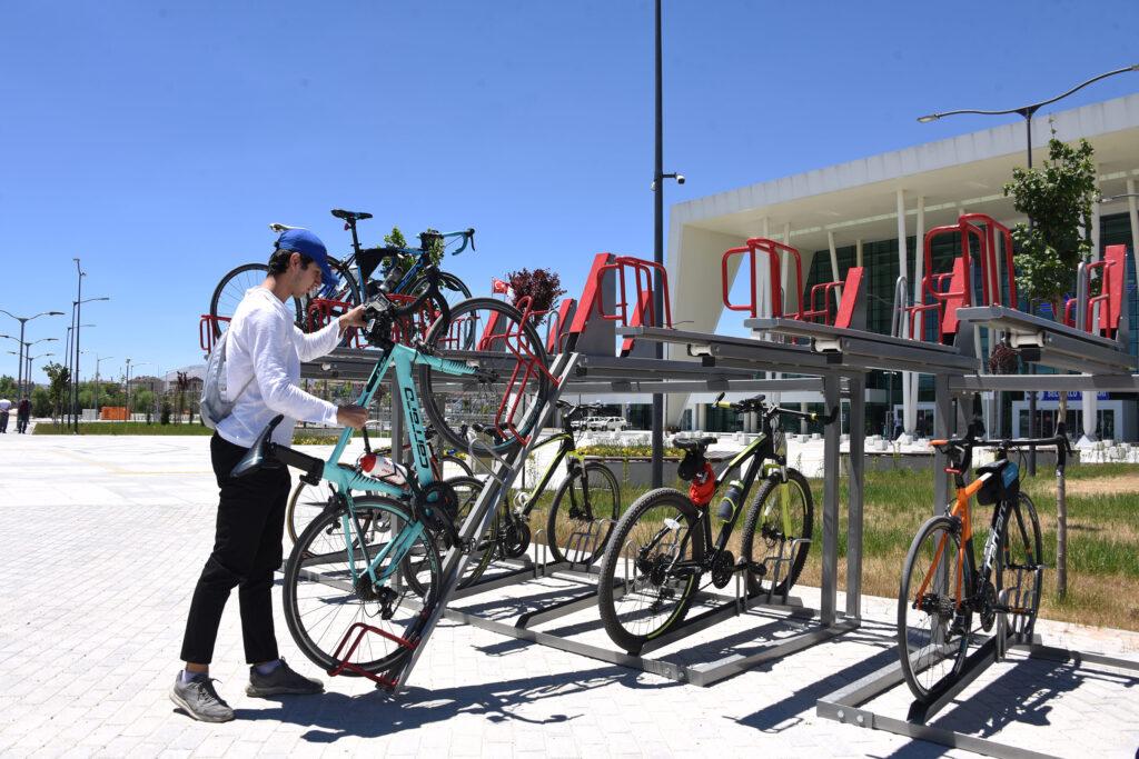 Konya Büyükşehir, araç otoparklarına ve şehrin farklı noktalarına iki katlı, yeni nesil bisiklet parkları monte etti. Bisiklet tutkunları memnun oldu.