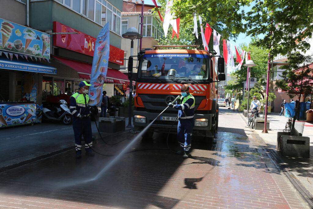 İstanbul Büyükşehir ve Ataşehir Belediyesi işbirliği ile 35 cadde ve bağlı sokaklarda yapılan bahar temizliğine, 27 araç, 117 personel katıldı.