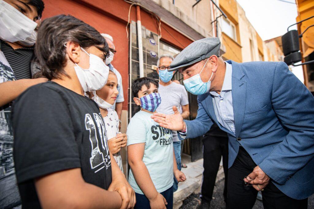 İzmir Büyükşehir Belediye Başkanı Tunç Soyer, Buca'nın Çaldıran Mahallesi'ndeki yol yenileme ve asfalt serim çalışmalarını inceledi.