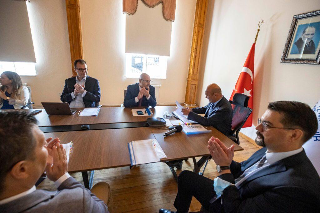 İzmir Büyükşehir'in inşa edeceği Buca Metrosu'na, Avrupa'dan sonra Asya'dan da finansman geldi. Başkan Soyer mutluluk gülüşü sergiledi.
