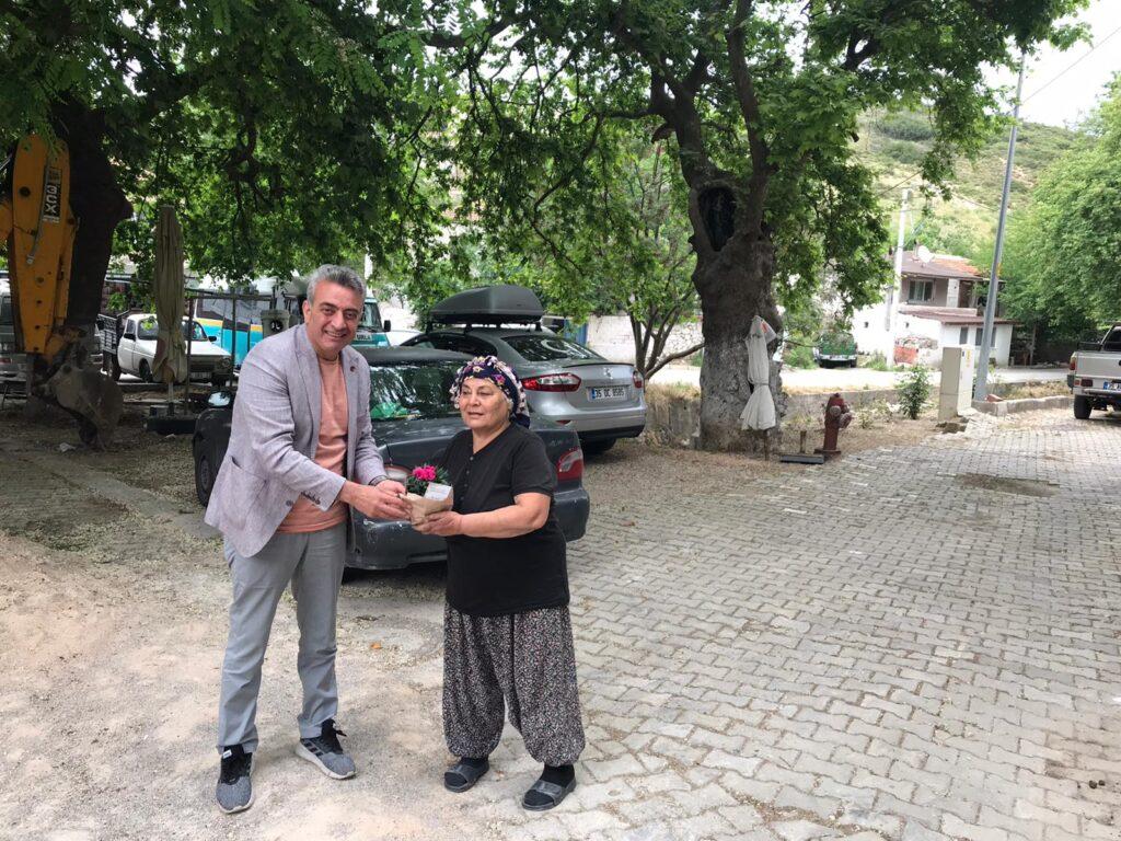 İzmir Büyükşehir, destek olmak için kooperatiflerden alınan 15 bin saksı karanfil ve dalya çiçeğini anneler ile kadın muhtarlara dağıtıyor.