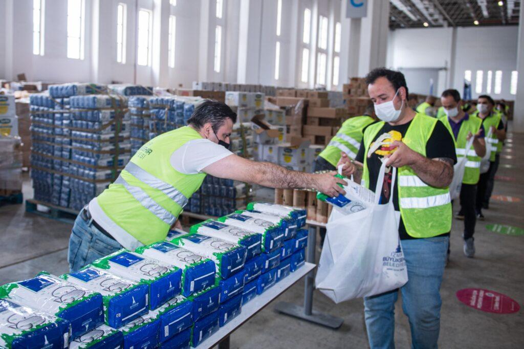 Büyükşehir'in kooperatiflerden aldığı bal, peynir, pirinç, nohut, bulgur gibi ürünler, sosyal yardım kapsamında dağıtılan gıda kolilerine ekleniyor.