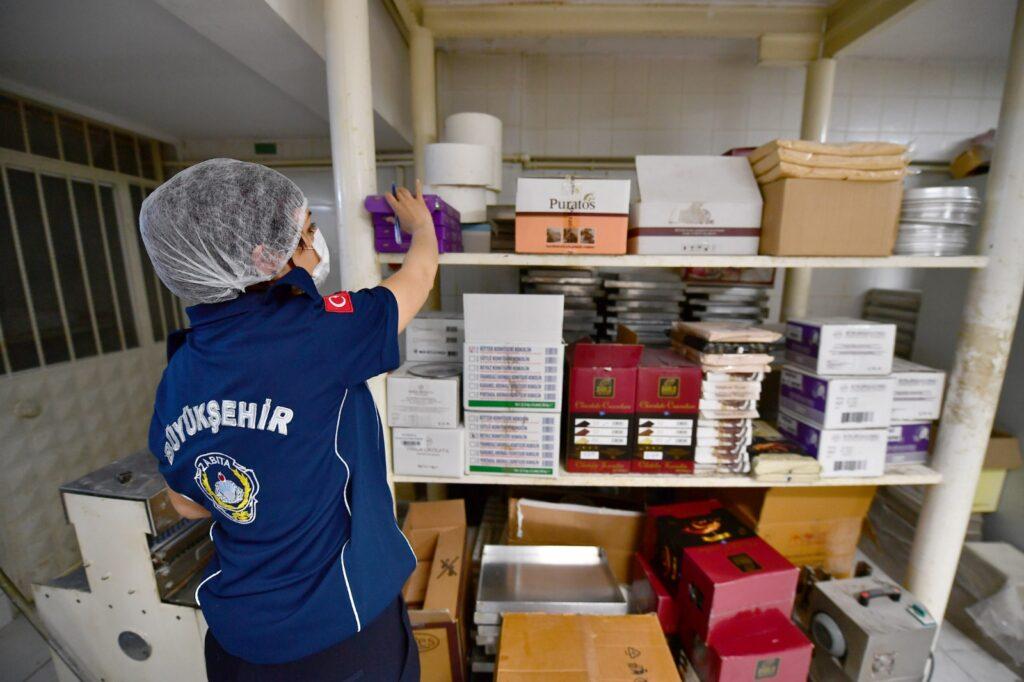 İzmir Büyükşehir Belediyesi Zabıta Dairesi Başkanlığı ekipleri, bayram öncesi tatlı imalathaneleri, fırınlar ve gıda satışı yapan işletmeleri denetledi.