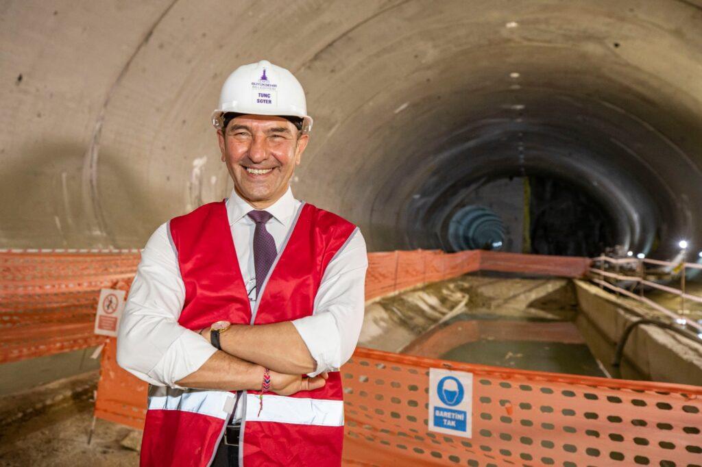 İzmir Büyükşehir Başkanı Tunç Soyer, Narlıdere Metro Şantiyesi'ni ziyaret ederek tünel inşaatında çalışan personelin Ramazan Bayramı'nı kutladı.