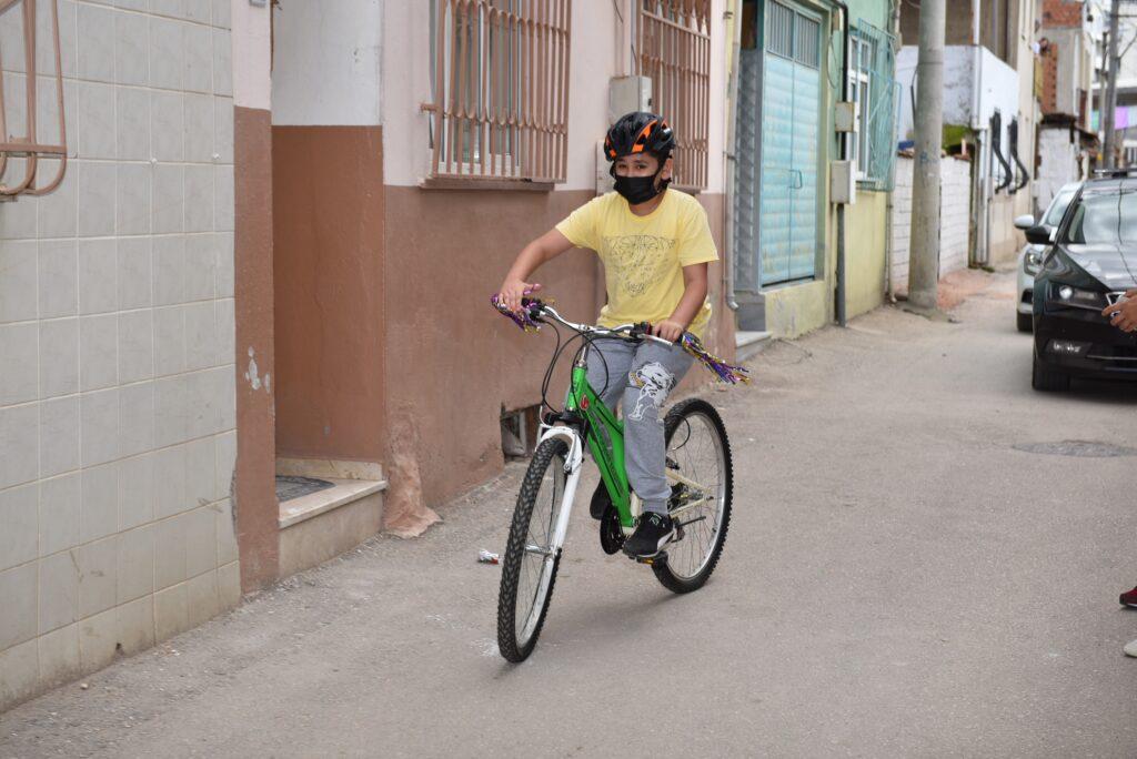 Bursa Büyükşehir Belediyesi'nin projesine katılıp, Başkan Alinur Aktaş'a yazdığı mektupta, bisiklet isteyen Emirhan'ın hayali gerçek oldu.