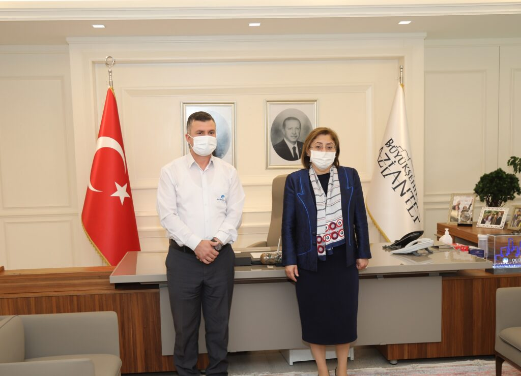 Gaziantep Büyükşehir Belediye Başkanı Fatma Şahin, Büyükşehir Belediyesi halk otobüsünde fenalaşan yolcuya ilk müdahaleyi yapıp hastaneye yetiştiren şoför Mehmet Yılmaz'ı ağırladı.