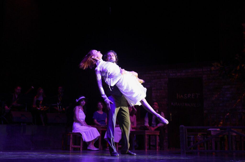 Mersin Büyükşehir Belediyesi Şehir Tiyatrosu, Nazım Hikmet'i ölüm yıl dönümünde Adana'da sahnelediği 'Aslolan Hayattır' oyunu ile andı.