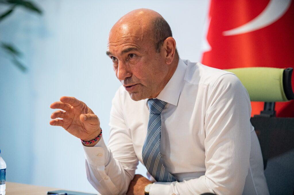 """Büyükşehir Belediye Başkanı Soyer, """"İçiniz ferah olsun, ilk aktarılan bilimsel veriler bu felaketin İzmir'den uzak olduğunu gösteriyor"""" dedi."""